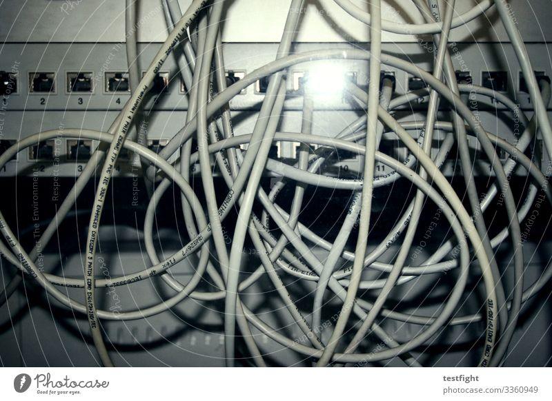 netzwerkkabel Computer Hardware Kabel Telekommunikation Informationstechnologie Internet trashig Kabelsalat Netzwerk Farbfoto Innenaufnahme Blitzlichtaufnahme