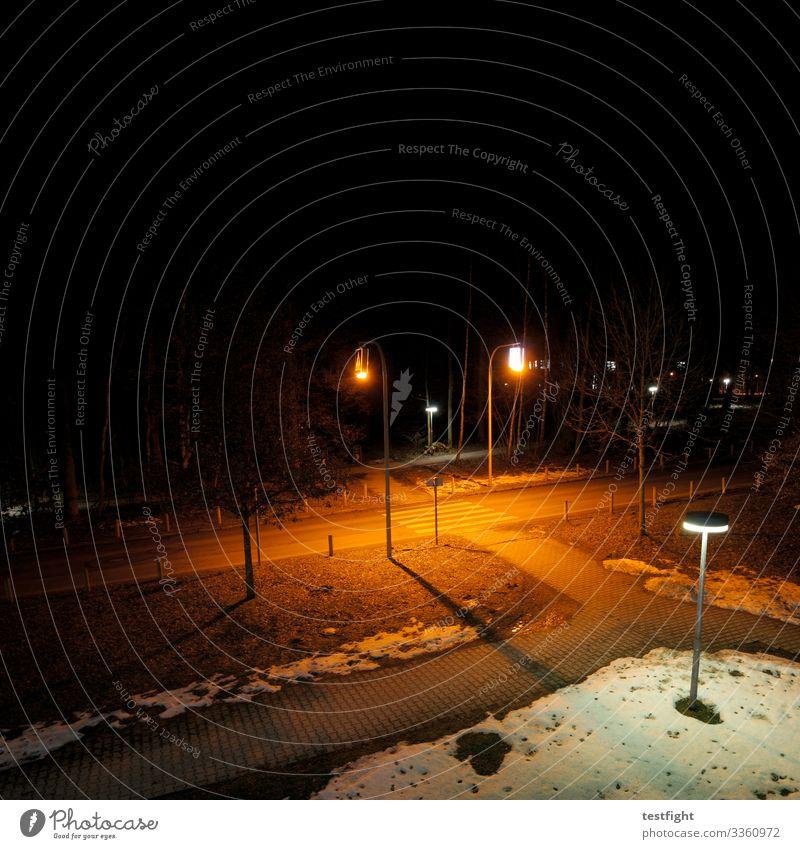 fußgängerüberweg Park Stadt Verkehr Verkehrswege Straße dunkel Bürgersteig Fahrradweg Nachtaufnahme Vogelperspektive Beleuchtung Laterne Schnee Farbfoto