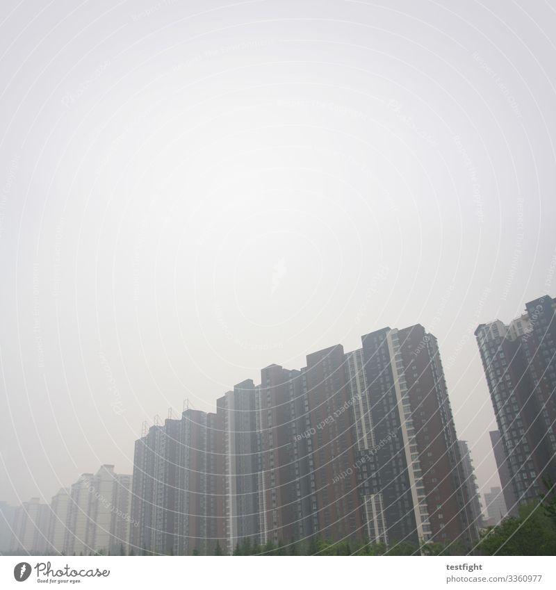 hochhäuser Stadt Hauptstadt Stadtrand Menschenleer Haus Hochhaus Bauwerk Gebäude Architektur bedrohlich dunkel groß gruselig grau Plattenbau Wohnungssuche