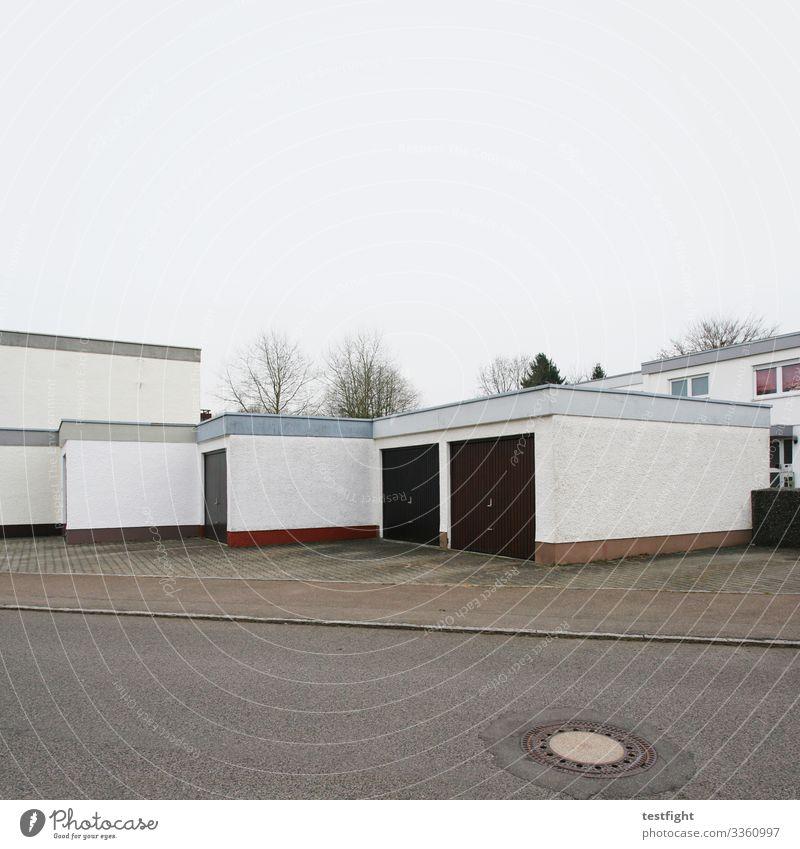 wohngebiet Stadt Stadtrand Menschenleer Haus Einfamilienhaus Bauwerk Gebäude Architektur Mauer Wand Fassade trist Garage grau karg kalt Häusliches Leben