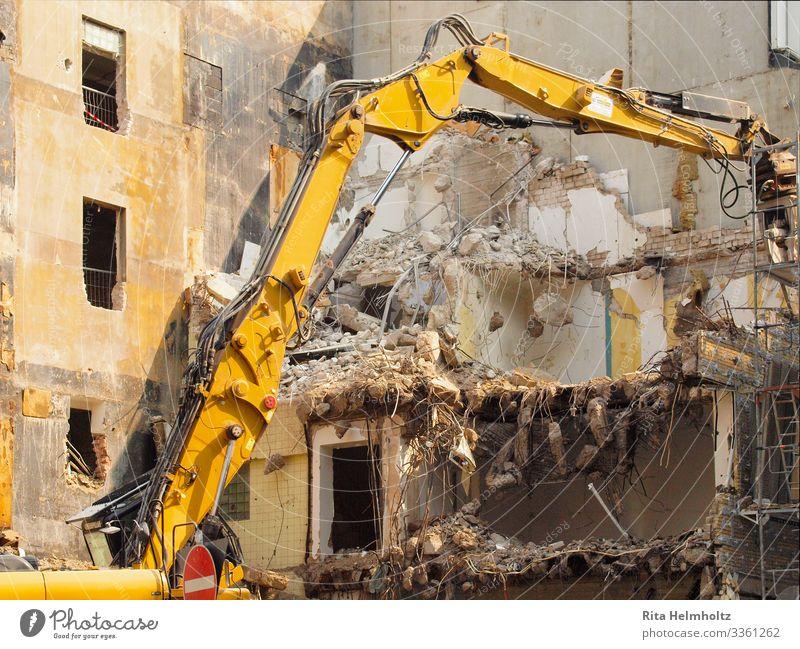 Abriss Stadt Stadtzentrum Haus Gebäude Bagger Beton Glas Backstein bauen Bewegung dreckig kaputt trashig braun gelb Beginn Ende Verfall Vergänglichkeit
