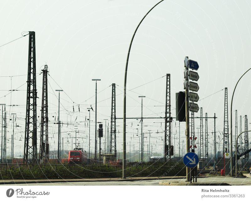 Hafenbahnhof rot schwarz Wege & Pfade Bewegung Business Verkehr Wachstum Wandel & Veränderung Eisenbahn Güterverkehr & Logistik Netzwerk chaotisch Verkehrswege