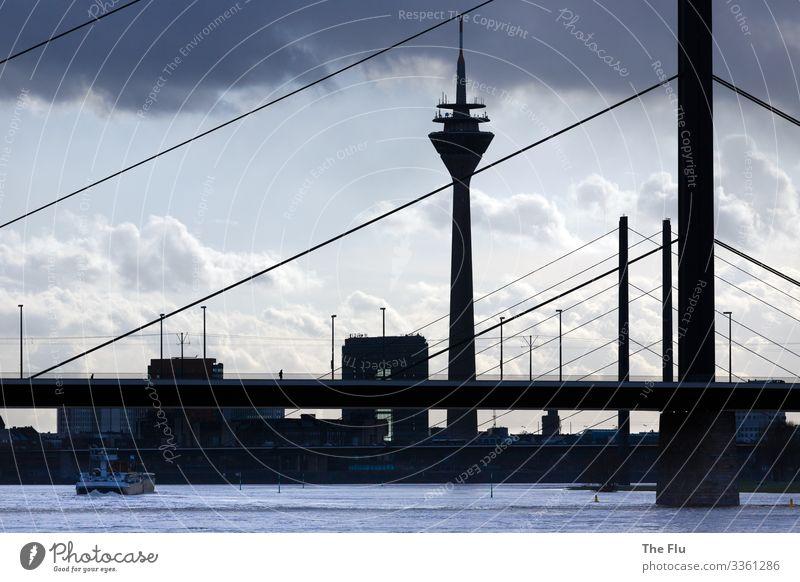 Licht und Schatten Wasser Wolken Sonnenlicht schlechtes Wetter Düsseldorf Deutschland Europa Stadt Hafenstadt Stadtzentrum Skyline Haus Brücke Turm Bauwerk