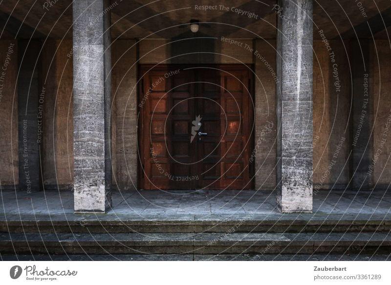 Eingang ruhig dunkel Architektur Holz Gebäude Stein braun Fassade grau Treppe Tür Ordnung authentisch Beginn lernen warten