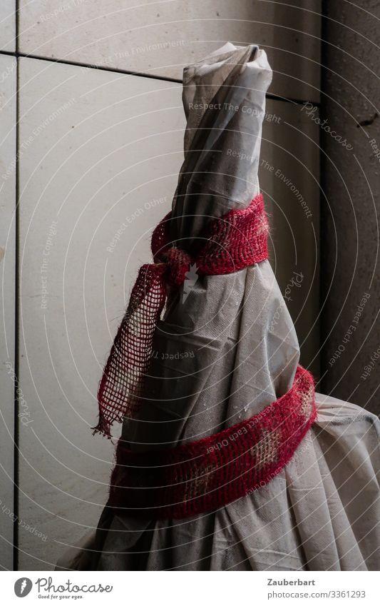 Verpackt Kunstwerk Skulptur Verpackung Sack Dekoration & Verzierung Schleife Kunststoff kaputt grau rot einzigartig Rätsel Gedeckte Farben Außenaufnahme