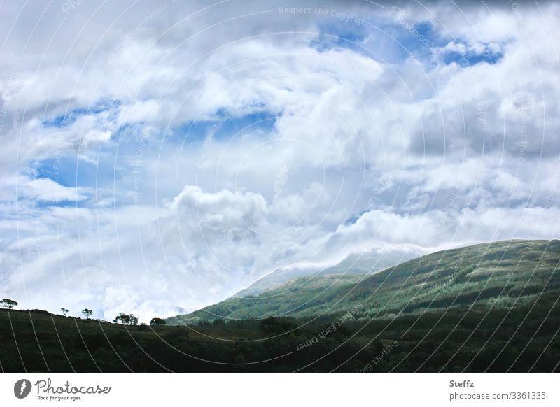 Wolken über Schottland Einsamkeit Norden Himmel nordische Romantik Hügel Wind Gras besonderes Licht Großbritannien Europa Nordeuropa natürlich blau grau