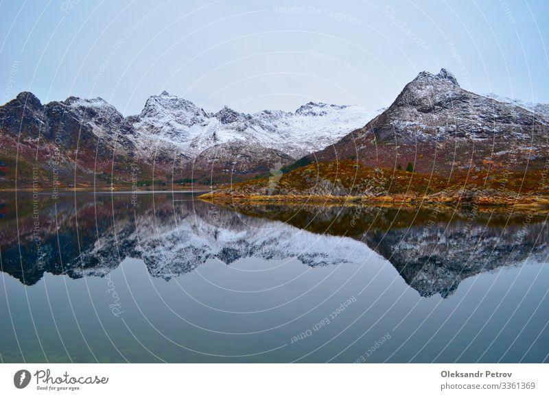 Die verschneiten Berge spiegeln sich perfekt im Bergsee schön ruhig Ferien & Urlaub & Reisen Tourismus Sommer Berge u. Gebirge Natur Landschaft Himmel Wolken