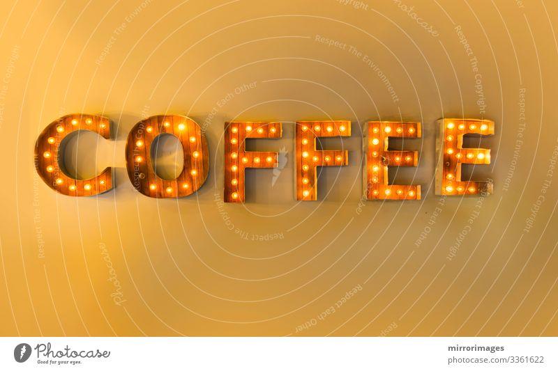 Eingekapselter Brief leuchtet gelb an der Wand und liest Kaffee Getränk Heißgetränk Espresso Stil Design Freude Lampe Nachtleben Hinweisschild Warnschild