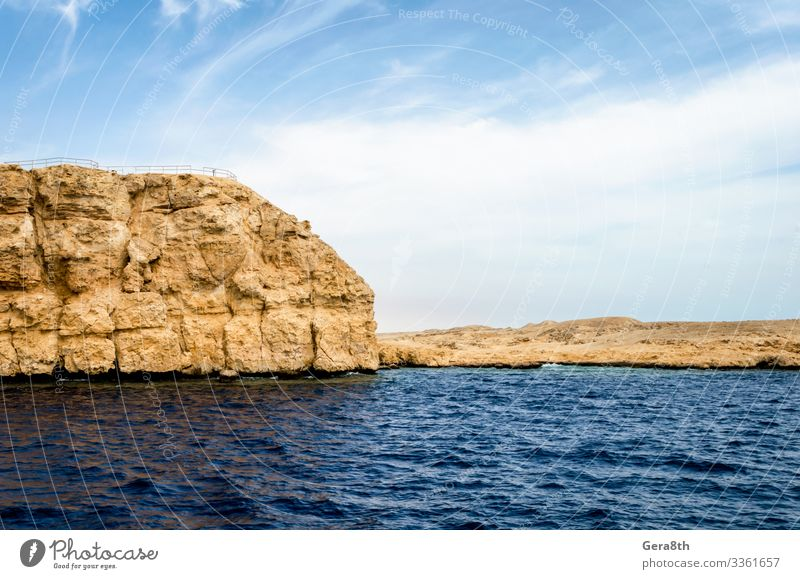 felsige Küste des Roten Meeres und blauer Himmel mit Wolken exotisch Ferien & Urlaub & Reisen Tourismus Ausflug Sommer Insel Natur Landschaft Sand Horizont