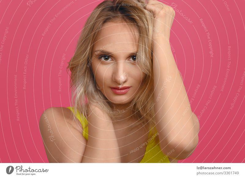 Attraktive junge blonde Frau mit Händen an den Haaren Stil schön Gesicht ruhig Ferien & Urlaub & Reisen feminin Erwachsene 1 Mensch 18-30 Jahre Jugendliche Mode