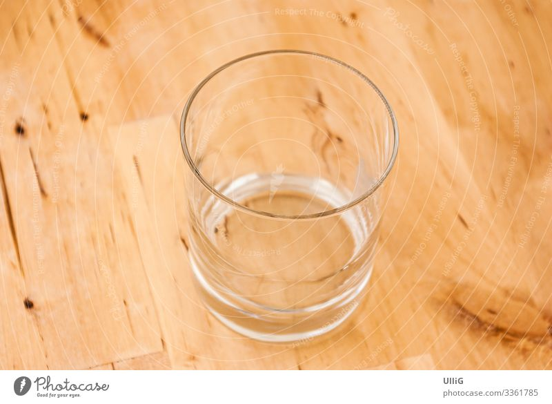 Das Glas ist schon ganz leer - einzelnes leeres Glas auf einem Holztisch. Trinkglas Wasserglas Durst Getränk trinken Dienstleistungsgewerbe Hintergrundbild