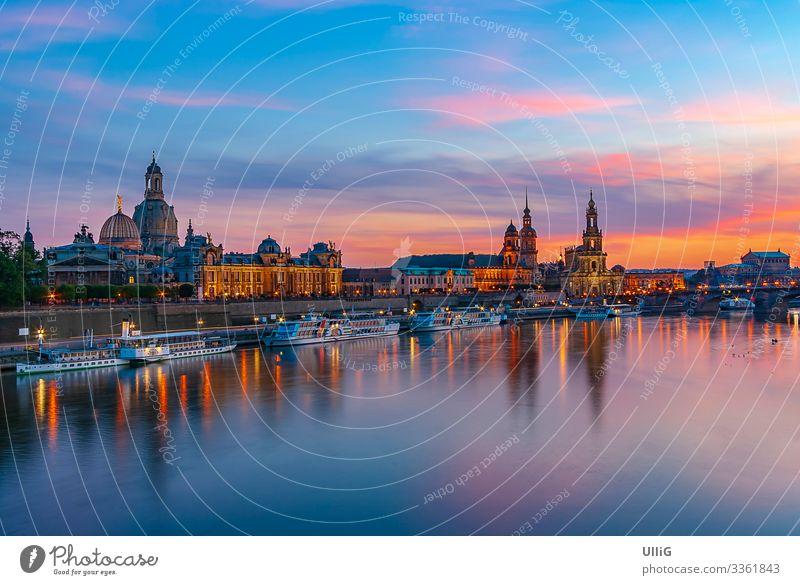 Dresden, Sachsen, Deutschland, Europa - Die historische Altstadt am Terrassenufer im Abendlicht. Skyline Stadt Sightseeing Sehenswürdigkeit Gebäude Architektur