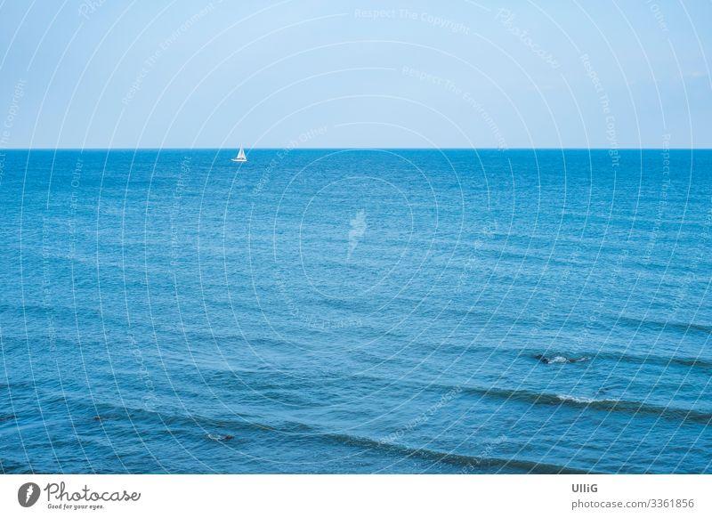 Einsames Segelboot in der Ferne am Horizont. Segeln Schiff Jacht maritim Meer See Ostsee blau Abenteuer Ferien & Urlaub & Reisen Dänemark Europa Schifffahrt