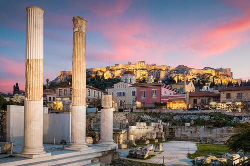 Hadriansbibliothek und Akropolis. Landschaft Altstadt Kirche Ruine Denkmal blau rosa Stimmung Europa mediterran Griechenland Attika Athen Plaka monastiraki
