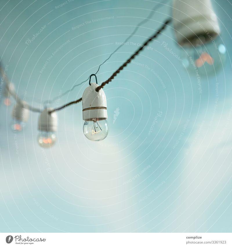 Antike Lichterkette vor blauem Himmel alt Wolken Beleuchtung Glück Stil Garten Party Häusliches Leben Design Dekoration & Verzierung retro Energiewirtschaft