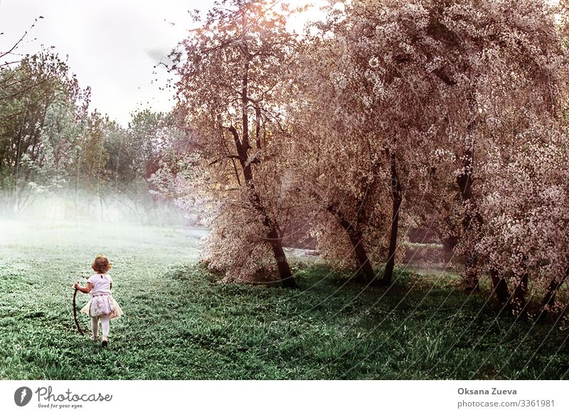 Bild eines Mädchens, das durch den Apfelgarten läuft. aktiv Erwachsener Hintergrund Körperpflege Pflege Energie Familie Glück Gesundheit Lifestyle männlich