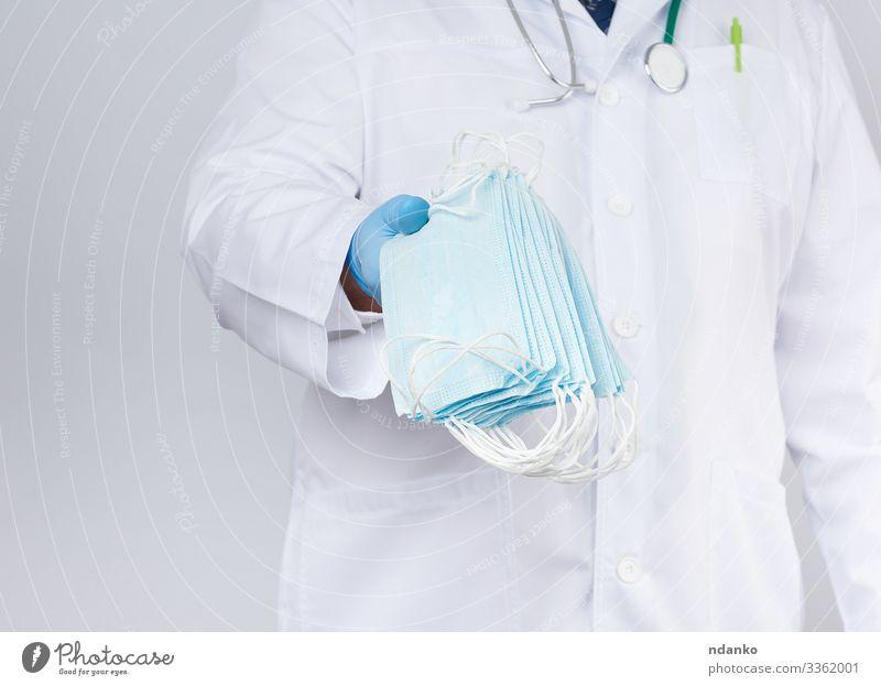 medizinische Textilmasken Behandlung Krankheit Medikament Labor Arbeit & Erwerbstätigkeit Beruf Arzt Krankenhaus Mann Erwachsene Hand Handschuhe blau weiß