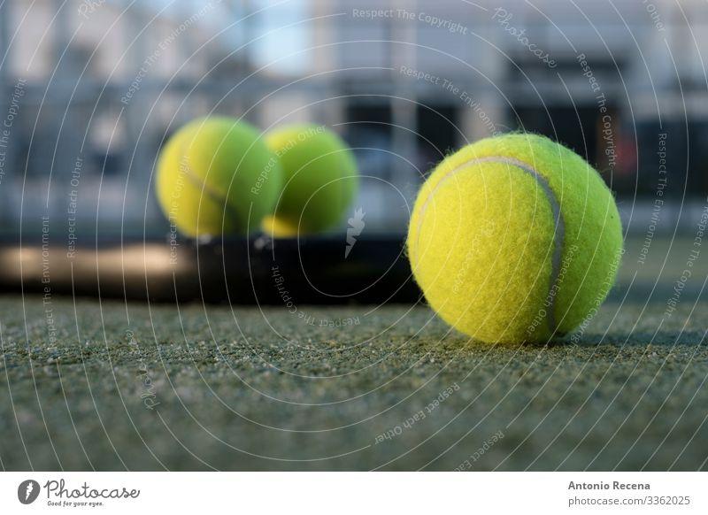 Paddel-Tennisobjekte auf dem Platz, Schläger, Bälle und Netz Erholung Freizeit & Hobby Spielen Sport Gelassenheit Paddeltennis Padel Ball Remmidemmi