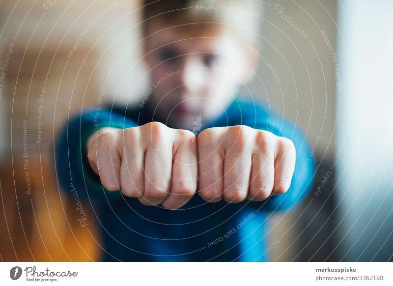 Junge zeigt geballte Fäuste Kindheit Kinderspiel Finger Hände Symbole & Metaphern symbolkraft symbolisch Symbolismus Aggression aggressiv Faust
