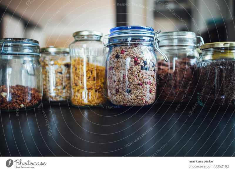 Cerealien und Müsli im Glas ohne Verpackung Beeren Schalen & Schüsseln Frühstück Cashewnuss Zerealien schoko Schokolade Kolben Mais Diät Abendessen getrocknet