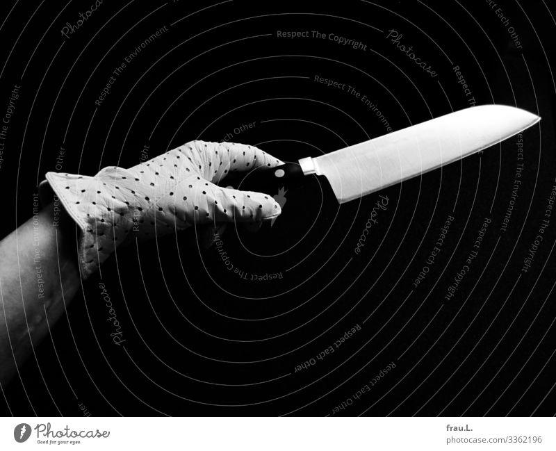 Elegantes Messer feminin Hand 1 Mensch 45-60 Jahre Erwachsene Handschuhe sportlich Japanisch greifen anbieten Kochmesser Kunst Schwarzweißfoto Textfreiraum oben