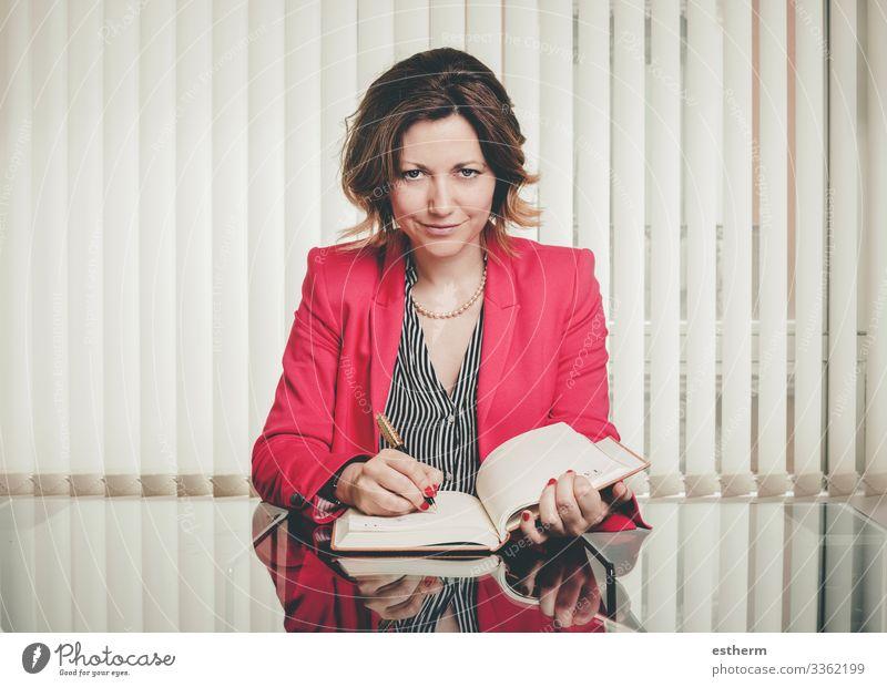 Frau Mensch Jugendliche Junge Frau schön Lifestyle Erwachsene feminin Business Arbeit & Erwerbstätigkeit Büro elegant Lächeln sitzen Erfolg Buch
