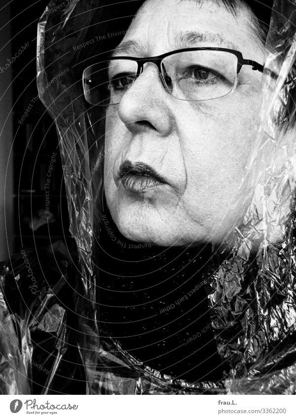 60 Mensch feminin Frau Erwachsene 1 60 und älter Senior Sonnenbrille Kopftuch schwarzhaarig beobachten Denken Blick alt hässlich skurril Sorge Regenkapuze
