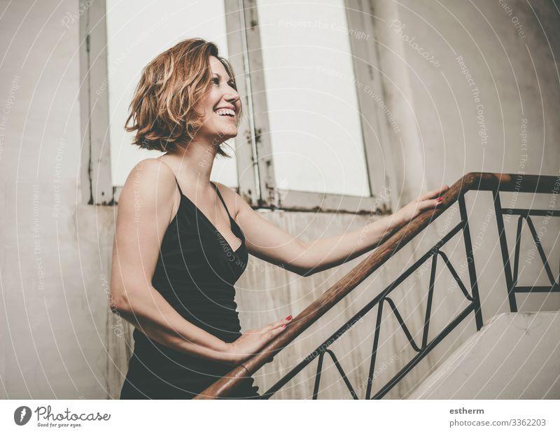 Glücklich und lächelnd Schöne junge Frau Lifestyle elegant Stil Freude schön Freiheit Feste & Feiern Mensch feminin Junge Frau Jugendliche Erwachsene 1