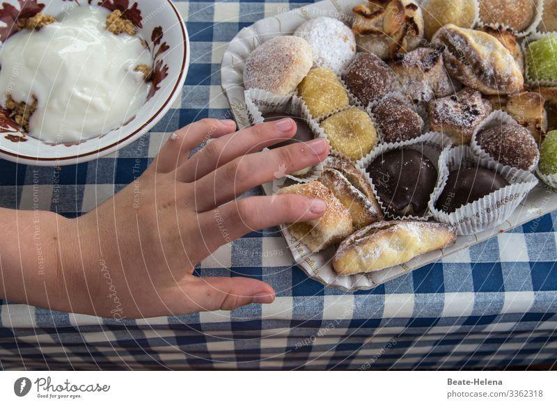 Süße Verführung Lebensmittel Teigwaren Backwaren Süßwaren Essen Kaffeetrinken Schalen & Schüsseln kaufen Freude Feste & Feiern Tischwäsche wählen berühren
