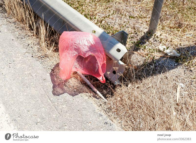 Elegantly wasted -IV- kaufen Reichtum Umwelt Natur Sträucher Straßenrand Verpackung Plastiktüte Müll Leitplanke fliegen hängen trashig trist rosa rot