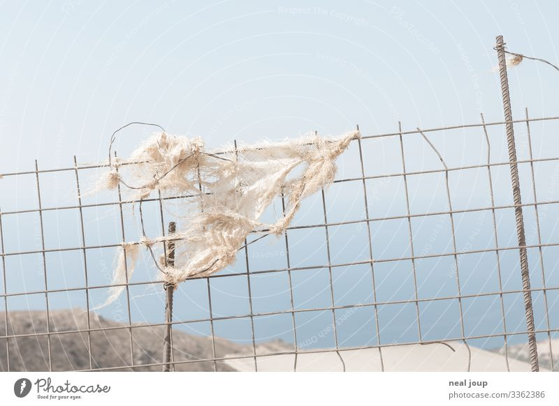 Elegantly wasted -V- kaufen Umwelt Natur Landschaft Sommer Griechenland Verpackung Zaun Metall Kunststoff hängen nachhaltig trashig trist blau weiß achtsam
