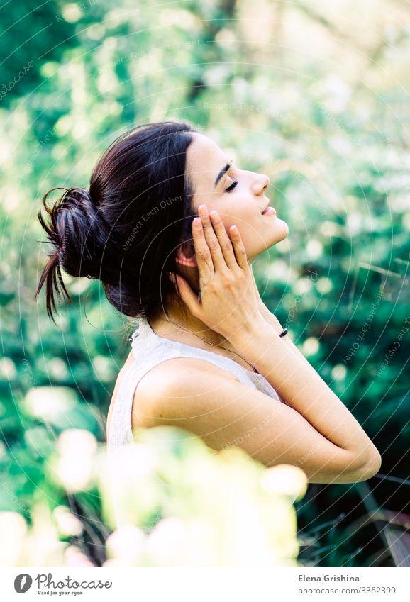 Porträt eines jungen, schönen Mädchens in einem weißen Kleid. Freude Junge Frau Jugendliche 18-30 Jahre Erwachsene Schönes Wetter Sträucher brünett langhaarig