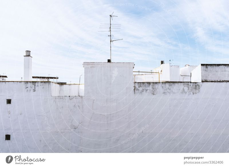 Mauer-Fassade mit weißem Putz Häuserwand Dach Antenne Schornstein Außenaufnahme Menschenleer blau Wolken