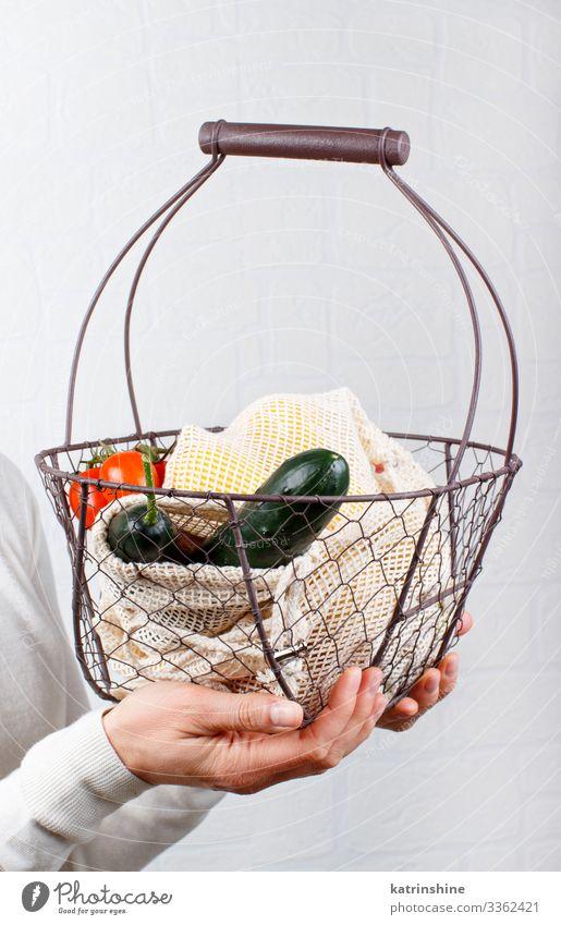 Frau hält Rücken mit frischem Gemüse und Fritten Lebensmittel Lifestyle kaufen Erwachsene Hand Umwelt Kunststoff frei natürlich weiß keine Verschwendung Glas