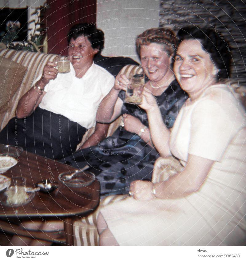 Mädelsabend frau getränk trinken feiern Inneneinrichtung sofa tisch 3 kurzhaarig kleid aschenbecher zuhause zusammen spaß laune gemeinsam prosten