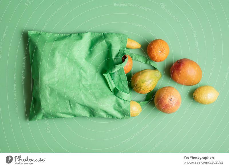 Beutel mit tropischen Früchten. Einkaufen von Lebensmitteln. Umweltfreundliche Tasche Frucht Orange Bioprodukte Vegetarische Ernährung Gesunde Ernährung grün