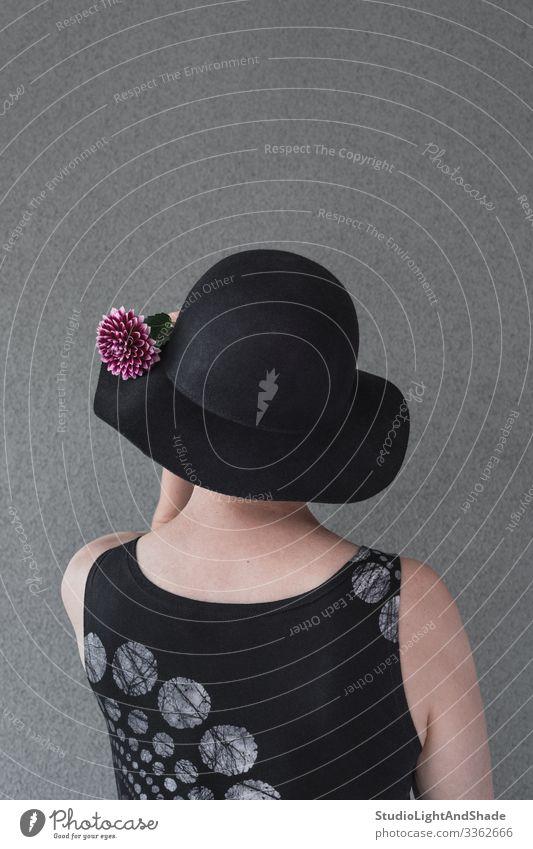 Dame mit schwarzem Hut und Dahlie Lifestyle elegant Stil schön Gesundheitswesen Mensch Frau Erwachsene Blume Mode Kleid rot Kopf purpur 50s 60s Dahlien Rücken