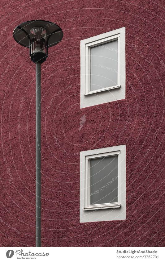 Straßenlaterne vor einem dunkelroten Gebäude Lifestyle Haus Lampe Stadt Architektur Fassade einfach modern neu Sauberkeit weiß Peitschenlaterne Fenster Europa