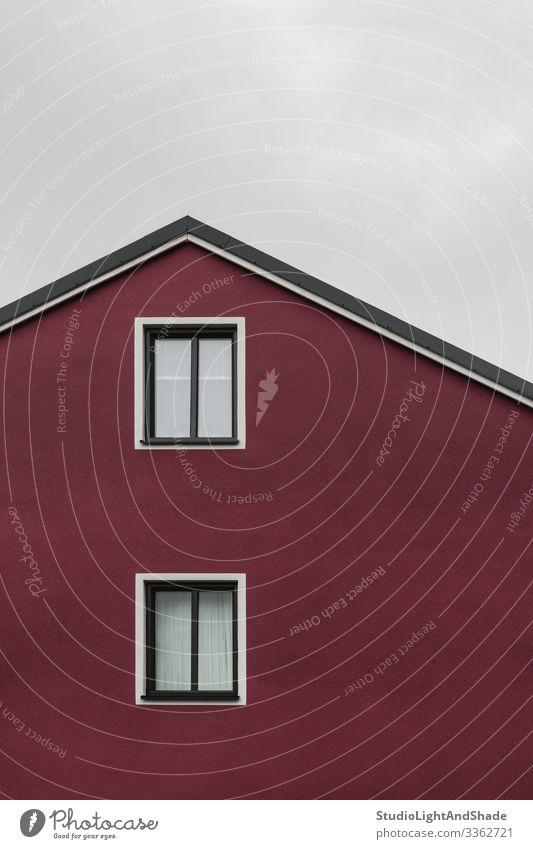 Fassade und Dach eines dunkelroten Hauses Lifestyle Himmel Wolken Stadt Gebäude Architektur einfach modern neu Sauberkeit grau weiß Fenster Europa Europäer
