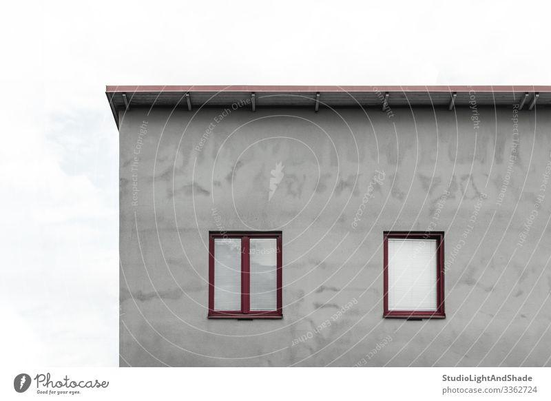 Fassade eines grauen Hauses mit roten Fenstern Lifestyle Himmel Wolken Stadt Gebäude Architektur Beton einfach modern neu Sauberkeit weiß Dach flach Europa