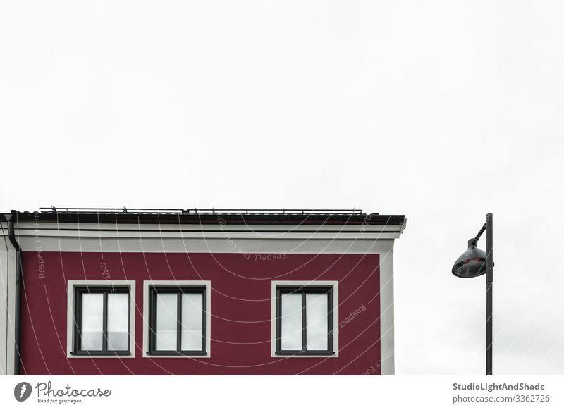 Straßenlaterne in der Nähe eines modernen roten Gebäudes Lifestyle Haus Lampe Himmel Wolken Stadt Architektur Fassade dunkel einfach neu Sauberkeit weiß