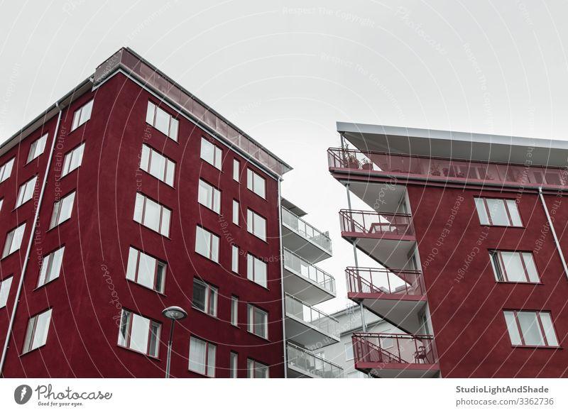 Ecken von modernen dunkelroten Gebäuden Lifestyle Haus Himmel Wolken Stadt Architektur Fassade Balkon Straße einfach neu Sauberkeit grau weiß Fenster Dach