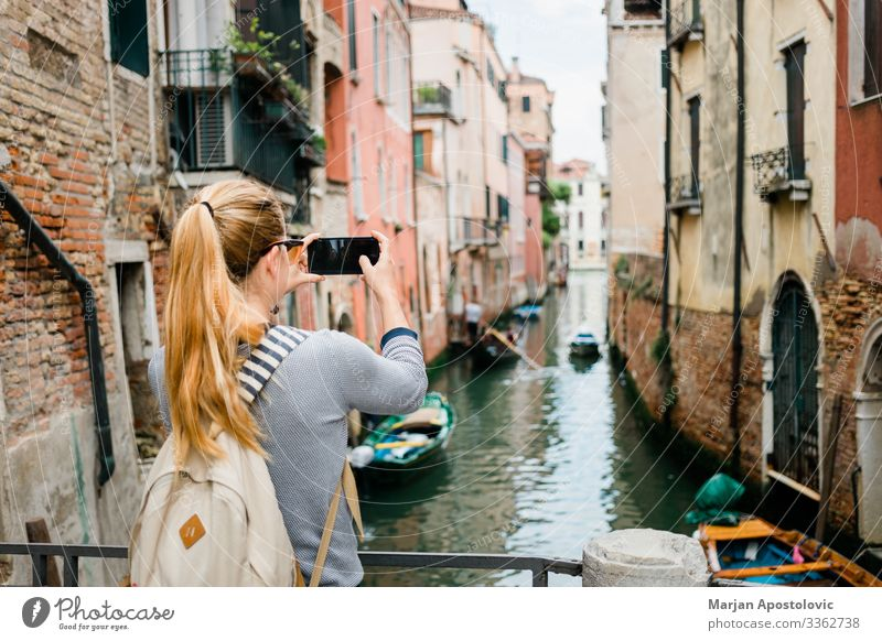 Junge Frau beim Fotografieren eines Kanals in Venedig Lifestyle Ferien & Urlaub & Reisen Tourismus Ausflug Sightseeing Städtereise Handy Mensch feminin