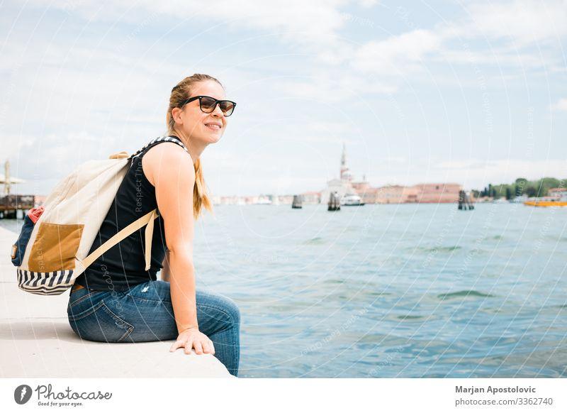 Junge Frau am Wasser in der Stadt Venedig, Italien Lifestyle Freude Ferien & Urlaub & Reisen Tourismus Ausflug Sightseeing Städtereise Sommer Mensch feminin