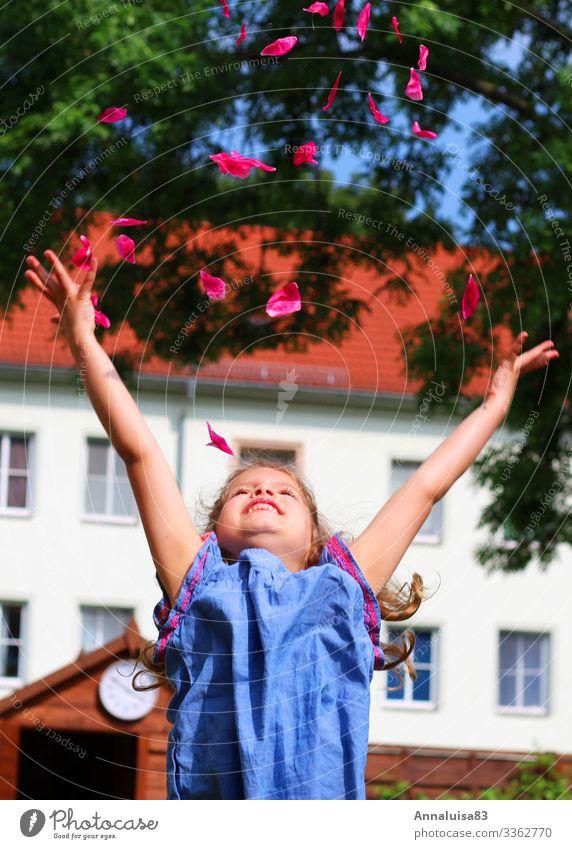 Lass fliegen Mensch feminin Mädchen 1 3-8 Jahre Kind Kindheit Natur Luft Blume Blüte Kleid Lächeln lachen werfen fantastisch Gesundheit rosa Freude Glück