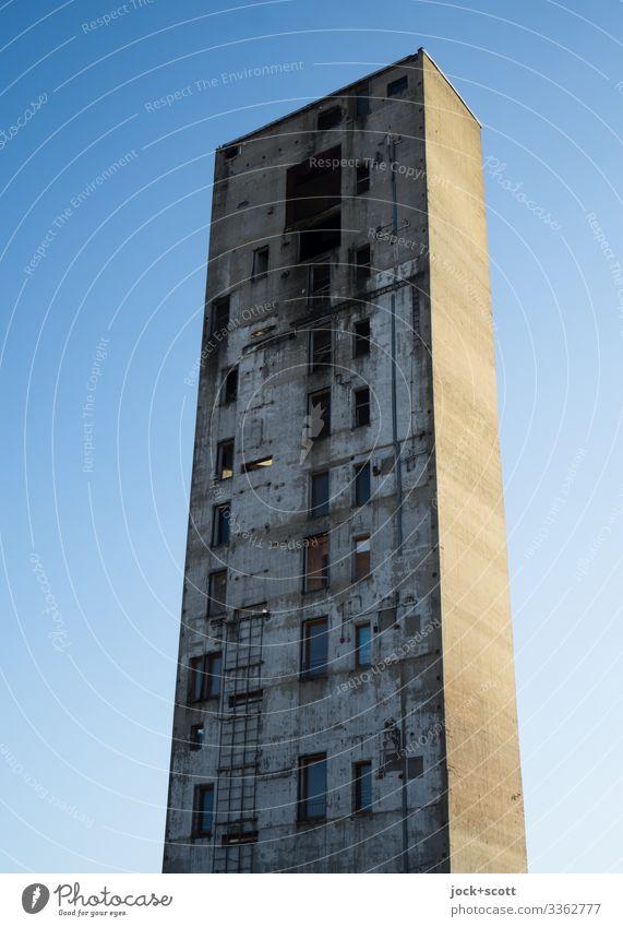 Ungewöhnlicher Turm wie kein anderer, der sich vor wolkenlosem Himmel erhebt Architektur hoch lost places Sonnenlicht Silhouette Hintergrund neutral Rest