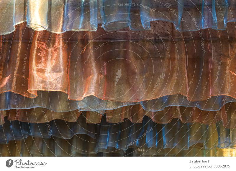 Verstecken Innenarchitektur Dekoration & Verzierung Vorhang Gardine Stoff Textilien Falte Faltenwurf hängen glänzend Schutz träumen Angst verstecken