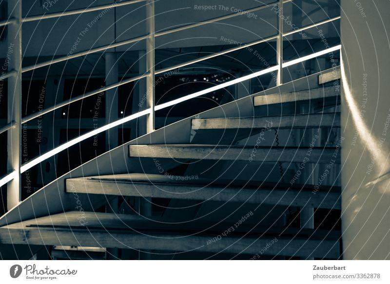Treppenschwung bei Nacht Kreuzfahrt Treppengeländer Wendeltreppe Kreuzfahrtschiff Reling Schiffsreling Lichtstreifen schön grau schwarz Design Schwung