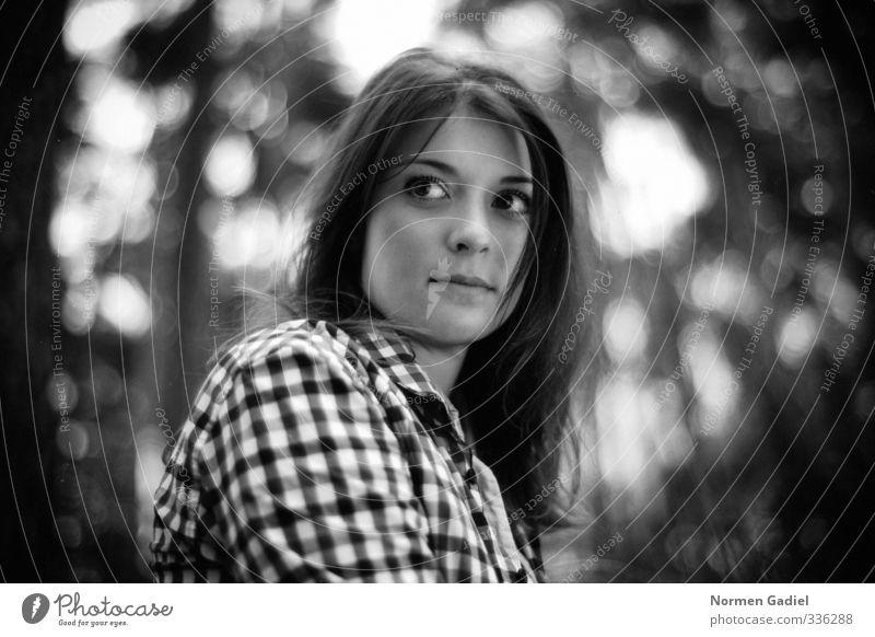 Young Haare & Frisuren Gesicht Wohlgefühl Zufriedenheit ruhig feminin Junge Frau Jugendliche Erwachsene Natur Schönes Wetter Wald Hemd schwarzhaarig langhaarig