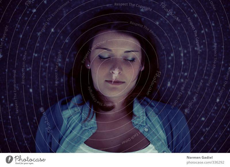 Träumen Mensch Frau Jugendliche blau schön Erholung ruhig Junge Frau Gesicht Erwachsene Leben feminin Gefühle 18-30 Jahre Freiheit Kopf